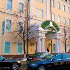 Парадный вход отеля Гранд Лион